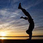 1日に1度だけ逆立ちをすることで、老化のスピードが遅くなる!? 逆立ちの4つの効果について紹介します