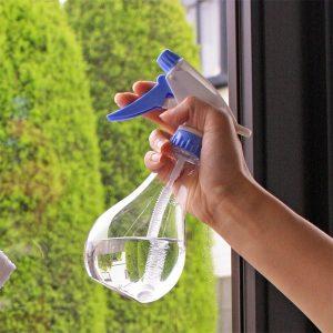 ガラスの貼り付け面に薄くスプレー