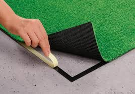人工芝を端から丁寧に貼っていきましょう。