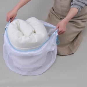毛布を洗濯ネットに入れる