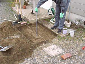 レンガを敷く場所に穴を掘ります