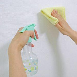 壁紙を拭く