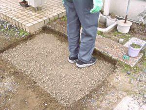 路盤材や砕石を敷き詰めます。