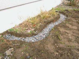 路盤材や砕石を穴に敷き詰めます