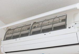エアコンの電源を抜き、フタを開けます。