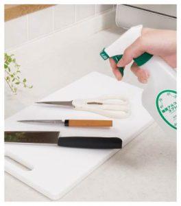 キッチン用アルコール除菌スプレーをまな板全体にかけます