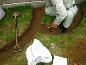 レンガを積み上げる場所に穴を掘ります