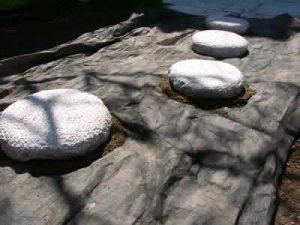 防草シートの上に 飛び石