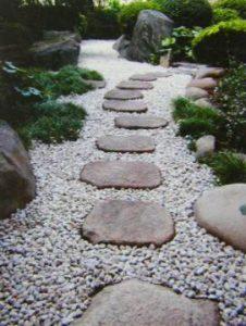 飛び石を使った和風庭園の作り方
